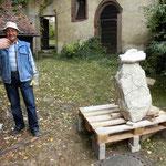 Josef Kummert zeigte das klassische Handwerk des Steinmetzes. Im Bild zu sehen: Ein Findling, in den er die Konturen Bayerns eingearbeitet hat.