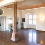 Foyer im ersten Stock mit Holzsäule