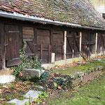 Die alten Kleinviehställe schließen den Schlosshof nach Norden hin ab