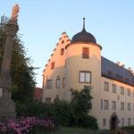 Schloss und Mariensäule im Abendlicht