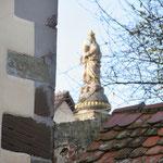 Blick aus dem Schlosshof auf die Mariensäule