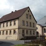 """Die denkmalgeschützte alte Schule ist im Moment noch ein """"Sorgenkind"""" der Gemeinde"""