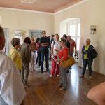 Viele Besucher aus nah und fern ließen sich die Geschichte des Schlosses fachkundig erklären.