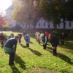Qigong - vorbereitende Übungen - bei Sonnenschein  im Klosterhof ...