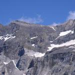 Idem Le pic de la Muñia 3133 m, le sentier monte dans le névé de droite, pour arriver au col de la Muñia.