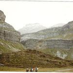 Vallée d'Ordesa. Le cirque de Soaso, au fond, la Cola de Caballo.Au fond, le Mont Perdu.