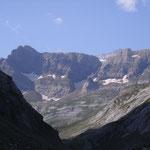 """La petite pointe au pied des falaises dite""""Borne de Tuquerouye""""2431 m, est le passage obligé pour gravir le couloir bien visible appelé""""Brèche de Tuquerouye 2669 m."""