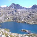 Lac d'Arrius encaissé dans les rochers au col d'Arrius 2285 m
