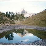 Le pic de Bastan se dédouble dans le petit lac inférieur de Bastanet 2141 m