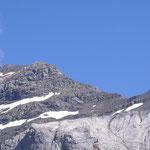 id.Le col de la Muñia,2853 m, au fond derrière les 2 lacs du même nom en Aragon.