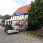 Vorbereitung auf dem Markt am 6. Juli 2013 - die kleine Tribüne kommt