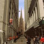 Wall Street mit Trinity Church an deren Ende