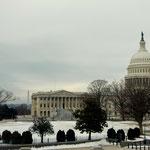 Capitol Hill mit dem Washington Monument links im Hintergrund