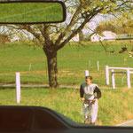 Amische Frau auf ihrem Roller