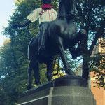 Statue des Freiheitskämpfers Paul Revere (irgendjemand hat ihm ein Trikot der Bostoner Footballmannschaft Red Sox angezogen, haha))