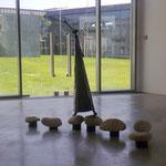in-folio / PLOEREN centre culturel /   vue sur le patio depuis une salle d'expo