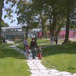 in-folio / PLOEREN centre culturel /   sentier dallé entre la médiathèque et l'école