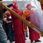 Die Lamas sprechen Gebete und vollziehen alte tibetische Rituale