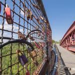 """die mittlerweile sehr oft verwendeten """"Liebesschlösser"""" hängen auch an der Balustrade der Levensauer Hochbruecke"""
