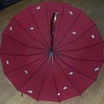 雨傘の内側に描きました(60㎝の傘です)