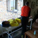 Christopher Linke bei der Behandlung