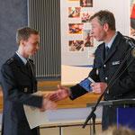 Gratulation vom Dienststellenleiter EPHK Maron zur besten Leistung der Lehrgruppe (Foto: P. Pohle)