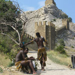Африканцы зарабатывают, фотографируясь с туристами у стен крепости