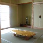 和室8畳 床の間、仏間を見る