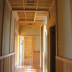 床が無垢のえんこ板、天井が杉のいなご天井の廊下