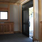 無垢の下駄箱のある玄関:新築