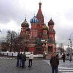 聖ワシリイ大聖堂前で記念撮影。