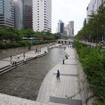 街中を流れる清渓川(チョンゲチョン)