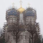 ロシア滞在中、唯一の悪天候日でした。。修復中でタイの寺院みたいになってます・・・