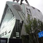 辛さで元気が出たのでちょっと観光に…モダンな市役所です。