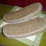 No 021  シュロカラス表、前三枚後ろ七枚の女性用のお草履です。台のみ ¥48,000−です。