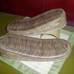 No 022  のざきカラス表、前三枚後ろ七枚の女性用のお草履です。台のみ ¥29,000−です。