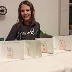 Enid Weidl zeigt ihr selbstgestaltetes Buch, Kids, 2018