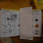 Ein Wörterbuch mit Bildern hilft zur Verständigung.