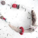 Filzobjektkette mit Schwemmholz und gefilzten bestickten Teilen