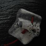 Filzbroche , gefaltetes Filzobjekt, bestickt , mit altem Fundstück