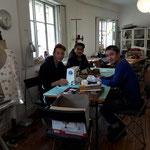 Aziz und seine Freunde aus Afghanistan kommen öfters zur Nähwerkstatt .
