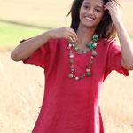 rotes tailliertes Leinenhemd  mit bunter Filzkette