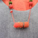 Filzkette mit besticktem Röllchen und weiteren Materialien