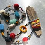 Collier mit Filzteilen, bestickt, Glasperlen, umfilztes Schwemmholz