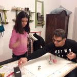 Masha und Barzan gestalten Bilder mit Malkreiseln.