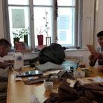 Männer in der Nähwerkstatt ? natürlich ! in Afghanistan lernen auch Männer nähen !