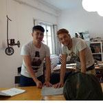 Reza und Aziz aus Afghanistan, derzeit in Waidhofen/Thaya , kommen gerne zur Nähwerkstatt.