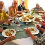 Die Paella erfreut die Pilger