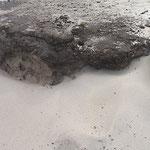 Der vom Wind angeblasene Sand formt das Ufer ...