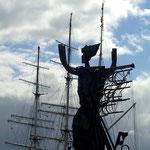 Eine moderne Skulptur beschwört die Schiffe.